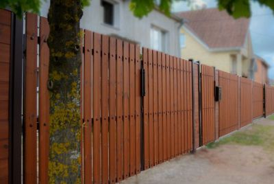Сплошной забор из термодерева
