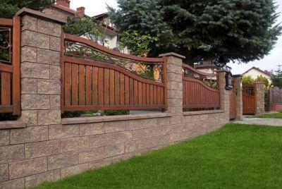 Бетонный забор из колотого гранита