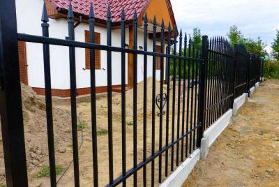 Классический забор из металла